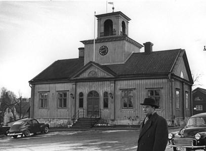 Borgmästare Hellberg framför Rådhuset