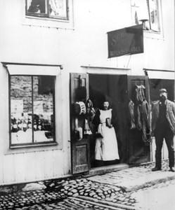 SG Ohlsson utanför sin butik i gård 19 på Storgatan