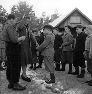 Torshälla scouter vid scoutstugan 1949