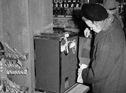 Finmalet kaffe säljs ur maskinen, 1950-talet