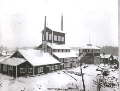 Briketteringsverketmed kulkvarnen i det låga tornet t.h.