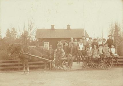 Littersbo skola med hästskjuts.jpg