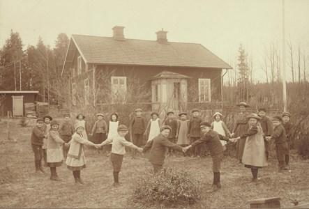 Littersbo skolas elever i ringdans.jpg