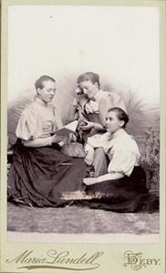 Lärarinnan Anna Lundin samt två andra.jpg