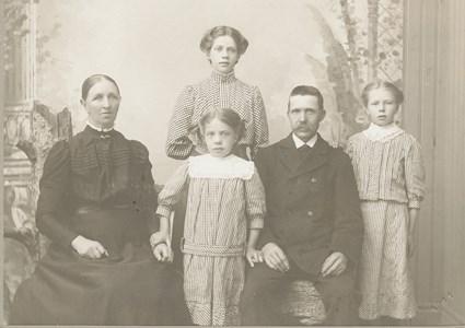 Elin, Elsa, Märta i Gatan med föräldrar