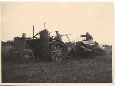 Systeräng Karl Andersson Skördar med gengas traktor.jpg