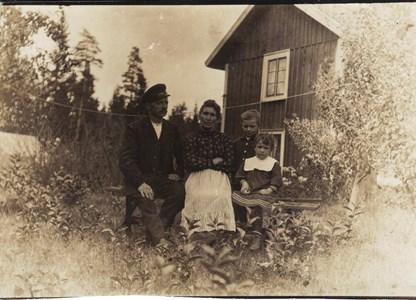 Per Erik och Maria med barnen.jpg
