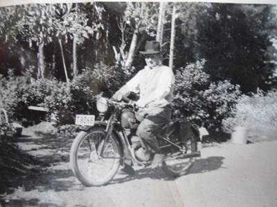 Oskar med motorcykel.JPG