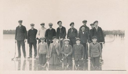 Bandypojkar  på Vibysjön